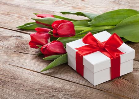mazzo di fiori: bouquet di tulipani e confezioni regalo sulla scheda. Archivio Fotografico