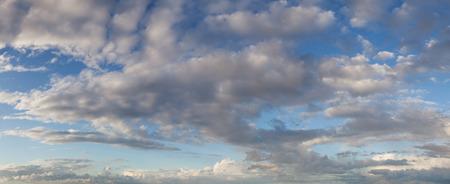 cielo con nubes: cielo azul de fondo con las nubes