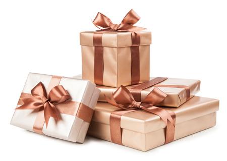 marrón: Cajas de oro con regalos y arco marrón aislado en blanco. Foto de archivo