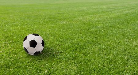 cancha de futbol: Pelota en el campo de fútbol. Foto de archivo
