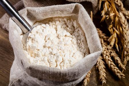 flour: Harina en saco de arpillera con la cucharada de metales
