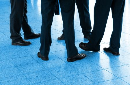 blue toned: Dettaglio di quattro uomini d'affari e il cerchio, blu tonica  Archivio Fotografico