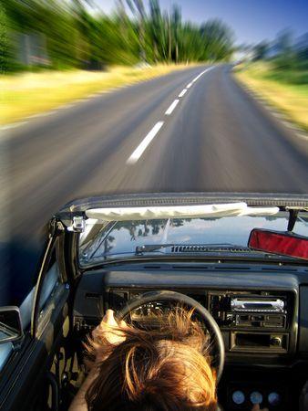 hombre conduciendo: Sirva conducir r�pidamente en cabrio del gol del vw en el camino vac�o