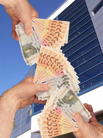 Una imagen de manos a cabo una celebración wads de dinero en efectivo frente a un edificio de oficinas corperate instalación  Foto de archivo - 1092039