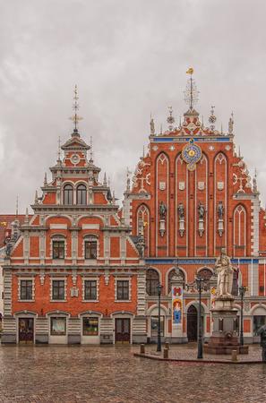 unmarried: La casa de puntos negros en la capital letona de Riga. El edificio fue construido en 1344 para albergar gremio de comerciantes extranjeros solteros las Cabezas Negras. Editorial