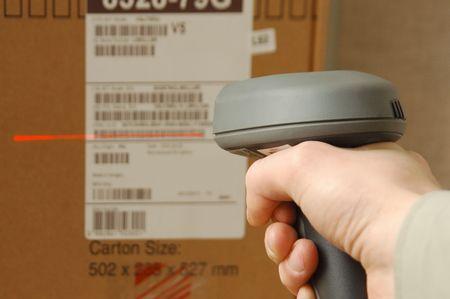barcode scan: Un hombre recibe en la cadera skaner en operaciones dirigidas a los c�digos de barras impresos  Foto de archivo
