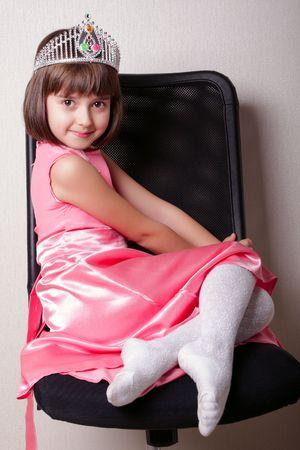 princesa: Cherfull ni�a de 8 a�os de edad con una corona en negro presidente. No son de color rosa en la ropa a una chica.