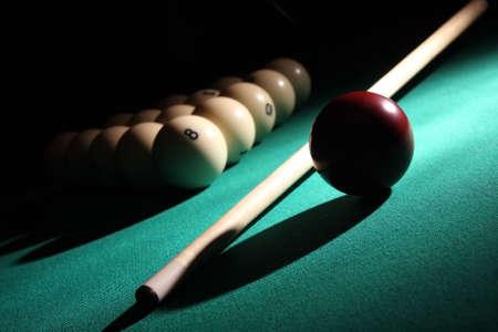 Balles Pyramide avec numéro 8 ball sur une boule de premier plan, repère et rouge sur un faisceau lumineux.  Banque d'images