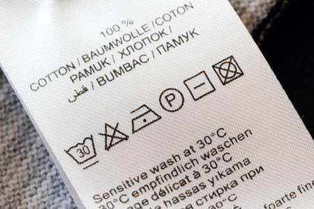 etiquetas de ropa: Etiquetas de ropa con símbolos cuidado de la ropa closu-up.