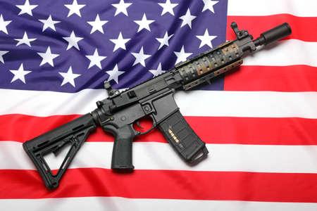 banderas america: AR-15 (M4A1) carabina personalizado en la bandera de EE.UU. Foto de archivo