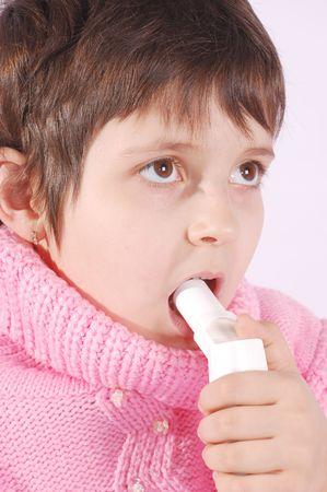 tomar medicina: Ni�o tomar medicamentos inhalador  Foto de archivo