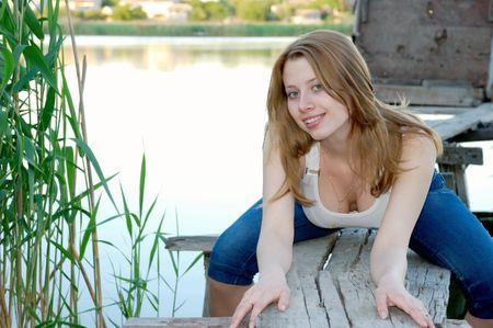pantalones vaqueros mojados: Belleza chica en peque�o puente de madera