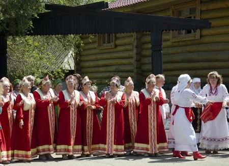 Saratov, Rusia - 12 de junio de 2012 - Las mujeres mayores como artistas profesionales que realizan en el festival regional de primera Foto de archivo - 14335668