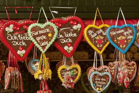 comida alemana: Corazones de colores tradicionales de pan de jengibre en el mercado de Navidad en Alemania
