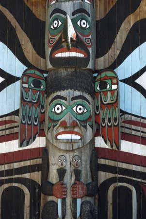 totem indien: Bois totem, sculpture monumentale taill�e dans grand arbre