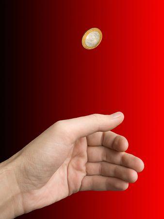 m�nzenwerfen: Hand-M�nze (Auswahl) auf Unsch�rfe (schwarz-rot) Hintergrund