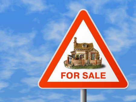 Dreieckzeichen mit Haus (f�r Verkauf), Himmelhintergrund Lizenzfreie Bilder