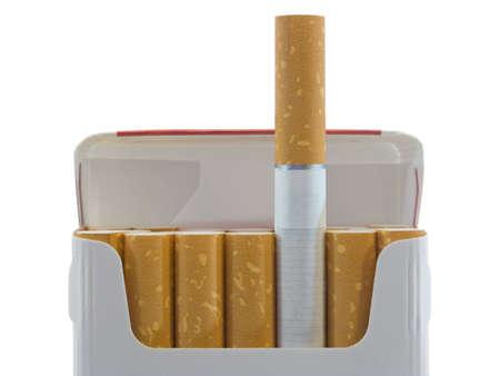 cigarrillos: Paquete de cigarrillos, de cerca, aislado en fondo blanco  Foto de archivo