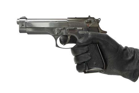 pistola: Mano en guante con la pistola, aislada en blanco