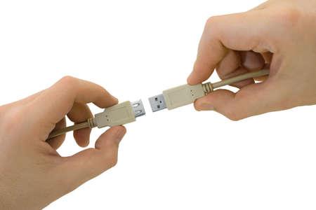conectores: Manos con conectores USB, aislado en fondo blanco