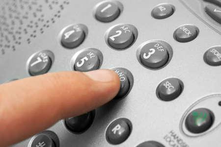 wijzerplaat: Vinger en telefoon toetsen bord, zakelijke achtergrond  Stockfoto