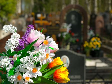 tumbas: Flores y cementerio a fondo  Foto de archivo