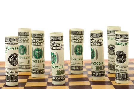 ajedrez: Dinero en tablero de ajedrez, aislados en fondo blanco