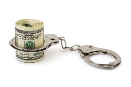 manacles: Dinero y esposas aisladas sobre fondo blanco