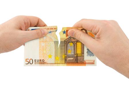 billets euros: Mains tear argent isolée sur fond blanc Banque d'images