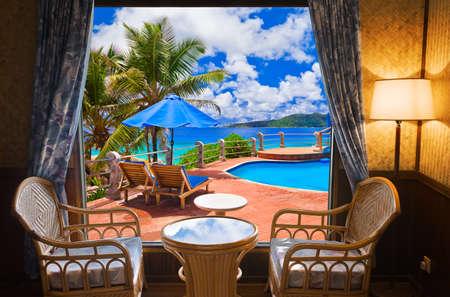 cảnh quan: Phòng khách sạn và cảnh quan bãi biển - khái niệm kỳ nghỉ nền biên tập