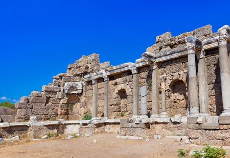 teatro antiguo: Antiguas ruinas en Side, Turquía - fondo la arqueología