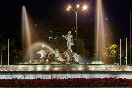 neptuno: La fuente de Neptuno en Madrid España - fondo de la arquitectura