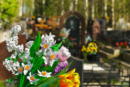 memorial cross: Flores y cementerio a fondo  Foto de archivo