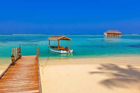 palapa: Boat and bungalow on Maldives island - nature travel background