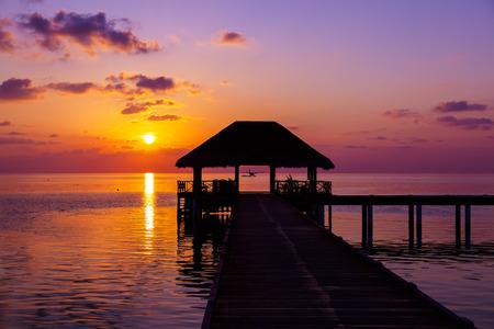 tabla de surf: Agua café al atardecer - fondo de las Maldivas de vacaciones