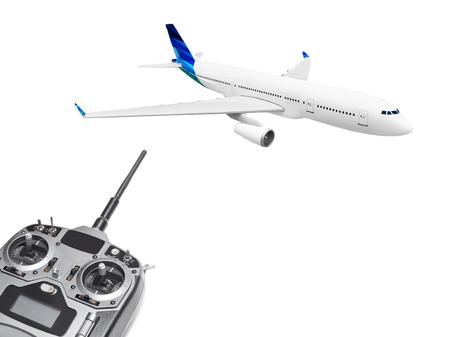 plan éloigné: RC plane et radio télécommande isolé sur fond blanc