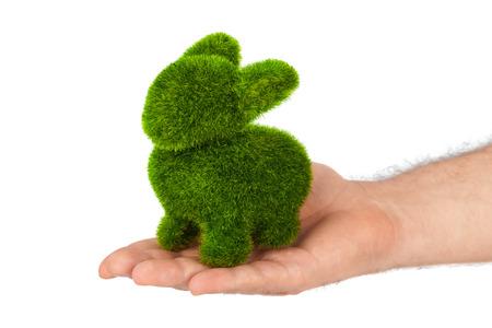 lapin blanc: Lapin fait de l'herbe dans la main isolé sur fond blanc