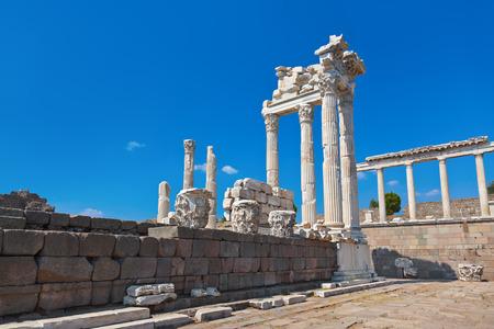 templo griego: Templo de Trajano en la Acr�polis de P�rgamo - Turqu�a