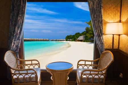 tabla de surf: Habitación de hotel y el paisaje tropical - fondo concepto de vacaciones