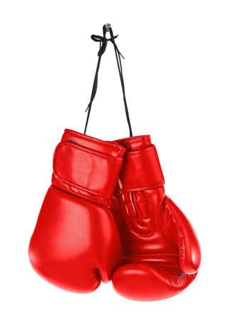 guantes de boxeo: Colgar los guantes de boxeo aislados en fondo blanco Foto de archivo