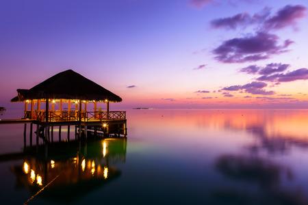 ロマンス: アット サンセット - モルディブ休暇背景水カフェ 写真素材