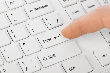 tecla enter: Teclado de ordenador blanco y la mano - la tecnología de fondo