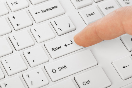 Teclado de ordenador blanco y la mano - la tecnología de fondo