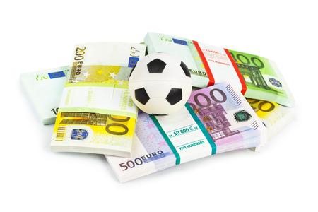dinero euros: El dinero y la pelota de fútbol aislados sobre fondo blanco