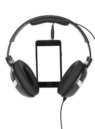 audifonos: Teléfono móvil y auriculares aislados sobre fondo blanco