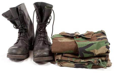 soldado: uniformes militares de camuflaje y botas.