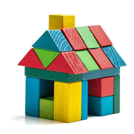fondo blanco bloques de juguete casa aislada, pequeña casa de madera Foto de archivo