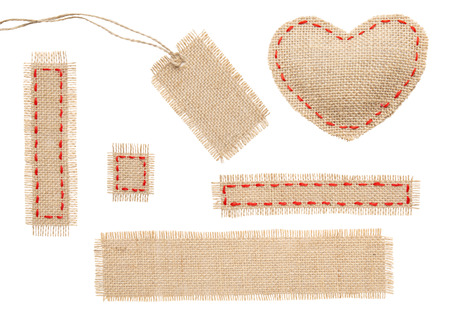 hilo rojo: Cilicio en forma de coraz�n Patch etiqueta de la etiqueta del objeto con puntadas de costura, arpillera aisladas sobre fondo blanco