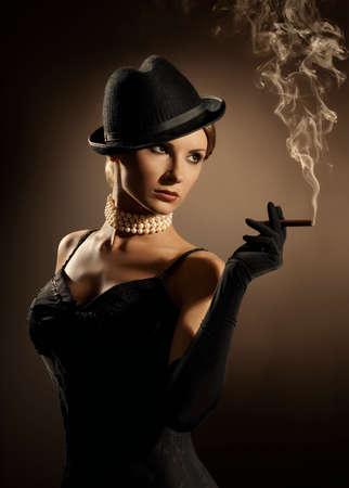 girl smoking: Mujer de fumar cigarro, Se�ora en la nube de humo, Modelo de modas Chica retro viejo del cigarrillo Foto de archivo