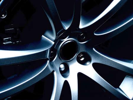 aluminum wheels: Un cierre encima de la foto de una rueda de la aleaci�n del coche de los deportes. Perfeccione para los dise�os de concepto de los deportes.